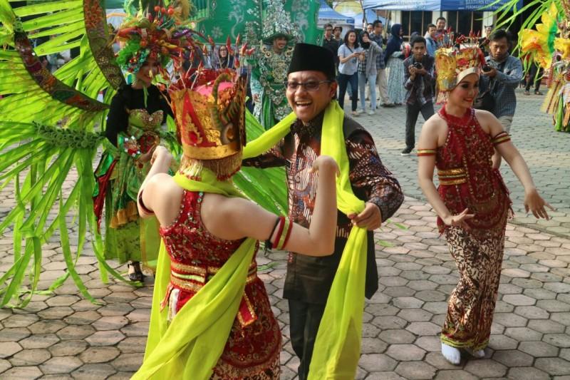 Wawali Sutiaji Apresiasi Pawai Budaya yang Digelar Warga Banyuwangi