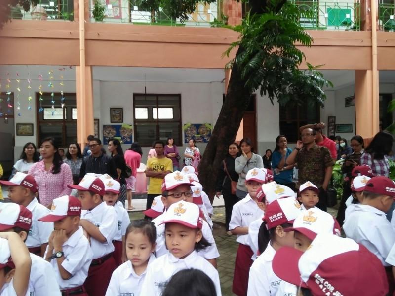 Orangtua Siswa Bangga Mengantarkan Buah Hatinya Sekolah di SDK Cor Jesu