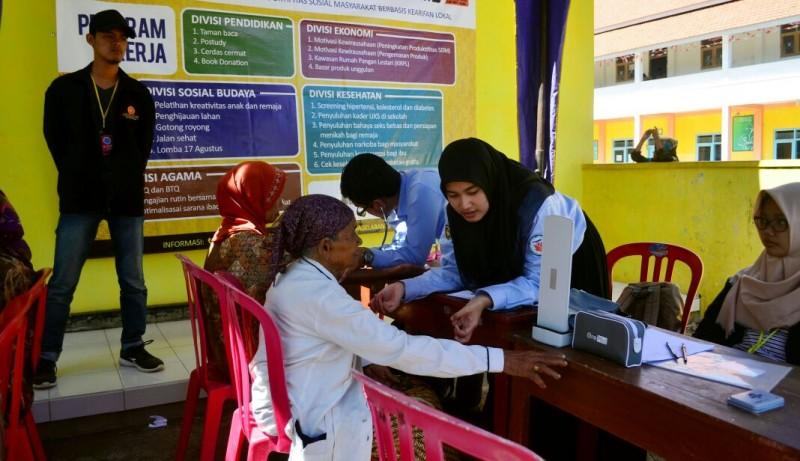KKN 114 UMM Mengadakan Cek Kesehatan dan Pengobatan Gratis di Desa Balearjo