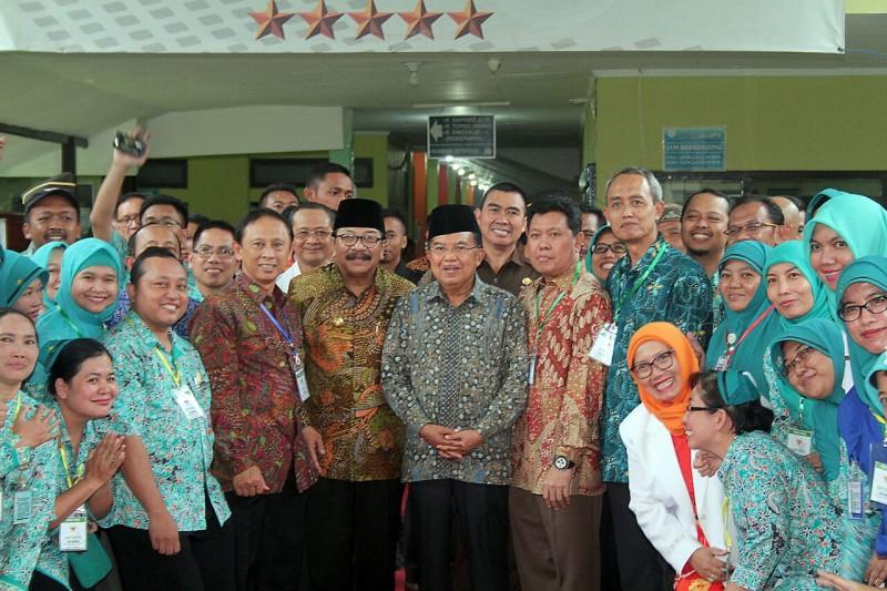 Dampingi JK, Abah Anton Jenguk KH. Hasyim Muzadi