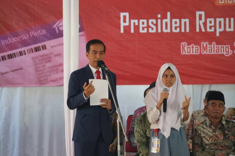 Presiden RI Berikan Kartu Indonesia Pintar secara simbolis kepada 1000 siswa di Kota Malang