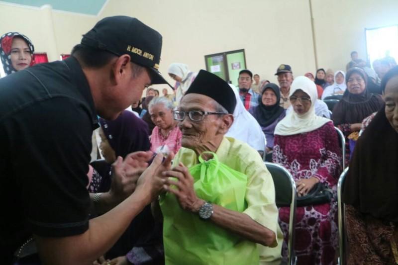 Abah Anton Berikan Bantuan pada Para Lansia