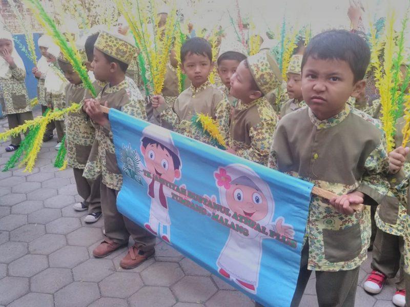 Taman kanak-kanak Aisyiyah Bustanul Athfal Tumpang Pawai ta'aruf untuk Didik karakter siswa