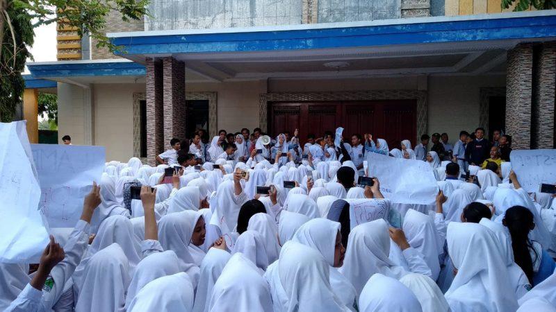 Siswa SMAN 01 Gondanglegi Demo Tolak Ancaman Pidana Oleh Pihak Sekolah
