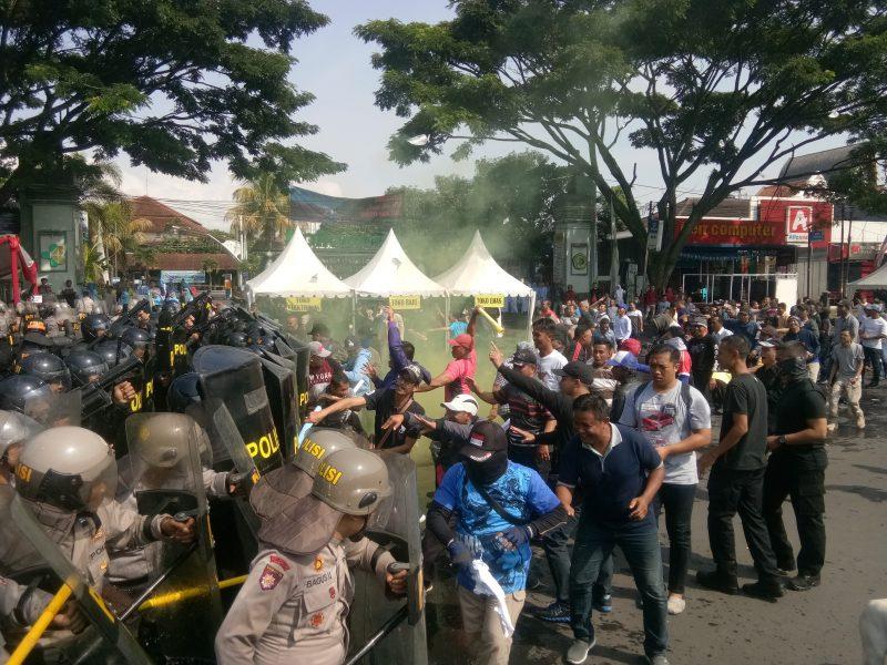 Kota Malang Ricuh, Massa Paslon Bakar Ban dan Lempari TNI Polri