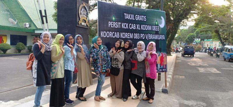 Persit Kodim 0833/Kota Malang Turun Jalan Bagi Takjil