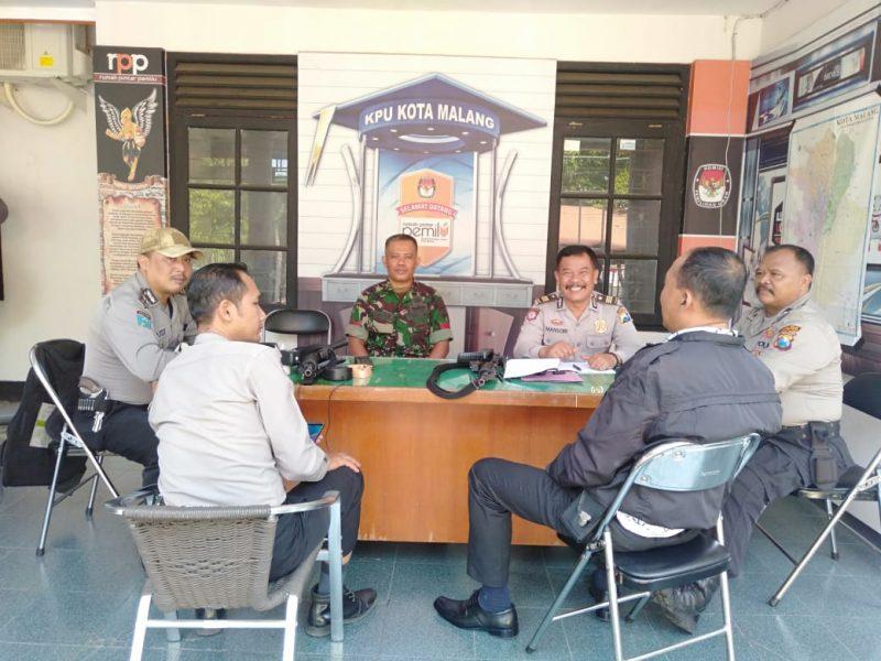 Polri Dan TNI Kompak Amankan Kantor KPU Kota Malang