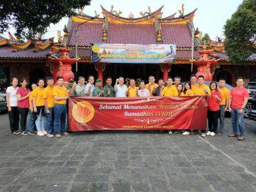 Kodim 0833 dan Muda Mudi Guang Zhao bagikan Takjil gratis di Kelenteng Eng An Kiong Malang