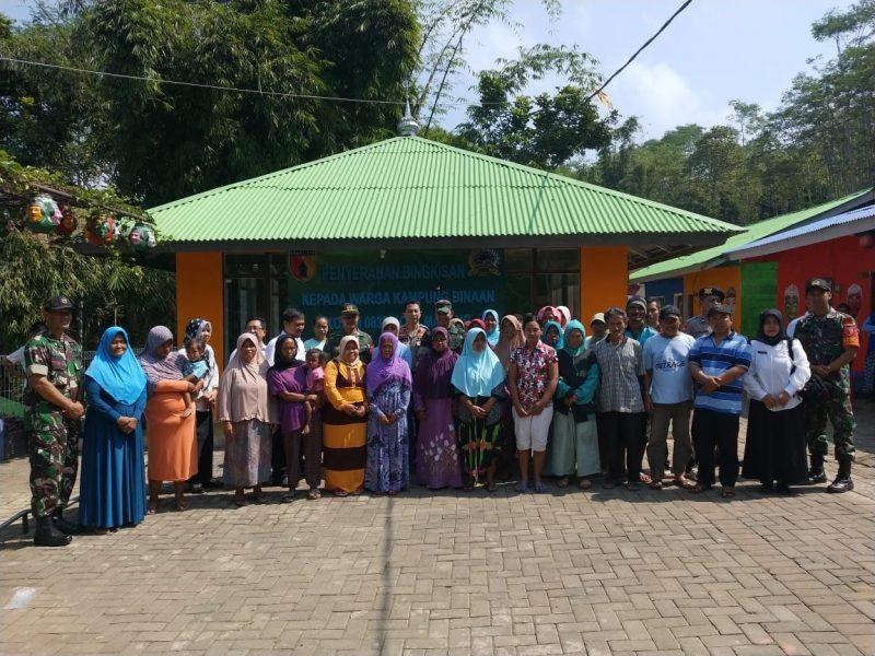 Dandim 0833 Kota Malang Serahkan Bantuan Kepada Ratusan Warga Binaan di Kampung Topeng