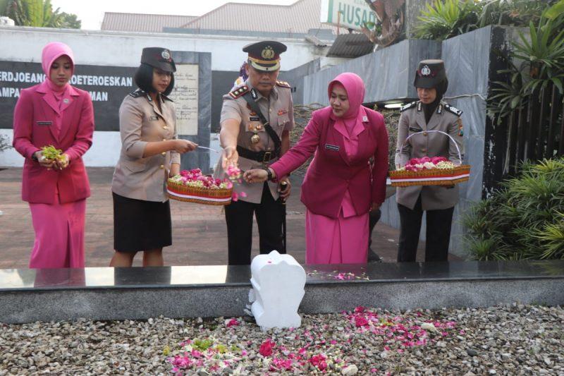 Kapolres Malang Kota Peringati Hari Bhayangkara ke 73 Dengan Tabur Bunga di TMP