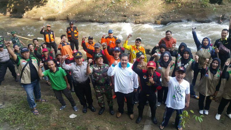 TNI Polri dan Masyarakat Bahu Membahu Membersihkan dan Melakukan Penghijauan Sungai Brantas