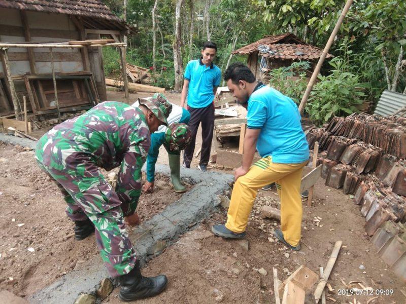 Semangatnya Mahasiswa Bantu Pasang Batu Podasi RTLH