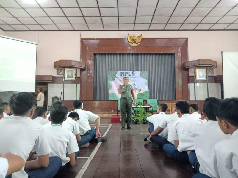 Danramil 0833/01 Klojen Berikan Wasbang MPLS di SMAN 4 Malang