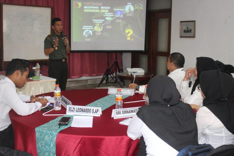 Dandim 0833 memberikan pembekalan Wawasan Kebangsaan pada Diklat Kepemimpinan Tingkat IV Angkatan 31