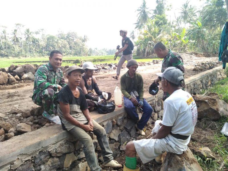 Satgas TMMD dan Warga Desa Dasri Banyuwangi Tampak Akrab