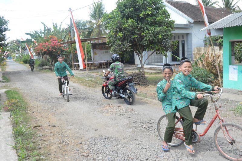 Anak Desa Setail Senang Bermain di Jalan Perbaikan TMMD