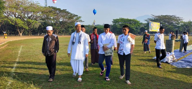 Dandim 0833 Dampingi Danrem 083/Bdj Sholat Idul Adha di Lapangan Brawijaya Rampal Malang
