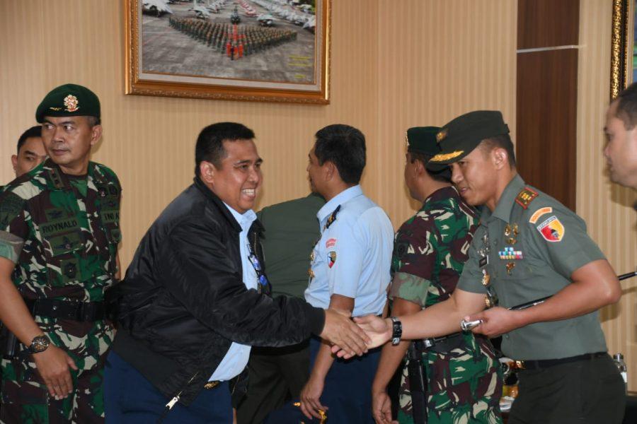 Dandim 0833/Kota Malang Sambut Menhan RI di VIP Room Lanud Abd Saleh Malang