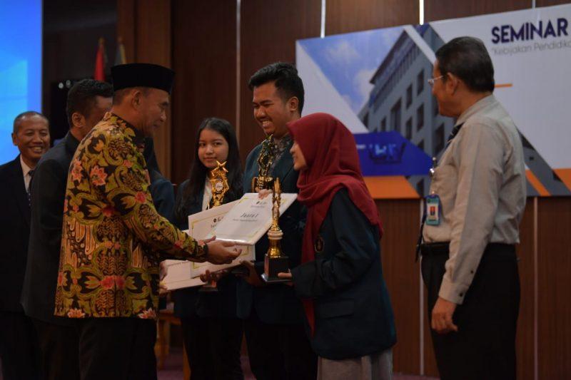 Mendikbud Beri Penghargaan Mahasiswa FIA UB Untuk Lomba Karya Tulis