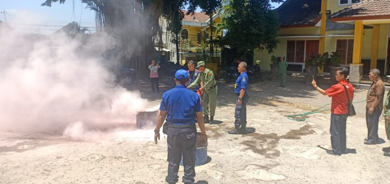 Linmas Rampal Celaket Mendapat Pembekalan Penanggulangan Bahaya Kebakaran