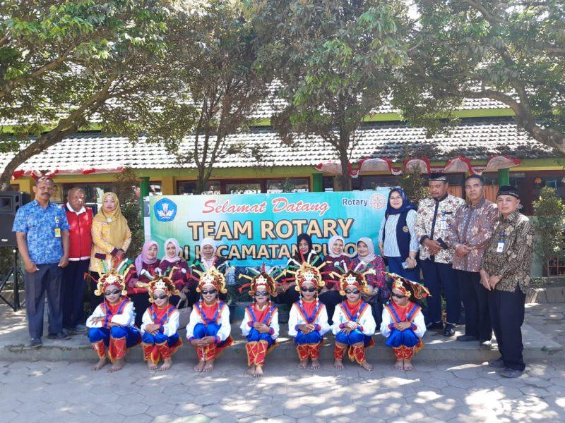 Enam SD Dapat Bantuan Seragam Sekolah dari Rotary Club Malang Raya