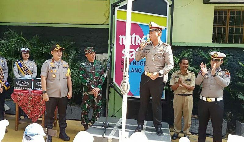 Dandim 0833/Kota Malang Dampingi Kapolres Malang Kota Jadi Pembina Upacara di SMAN 1 Malang