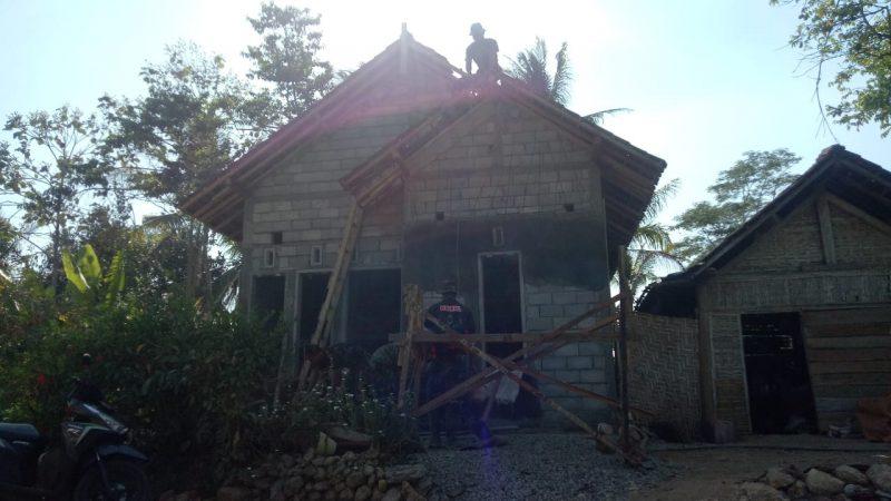Dengan Cekatan Satgas TMMD Mengerjakan Plester dinding RTLH