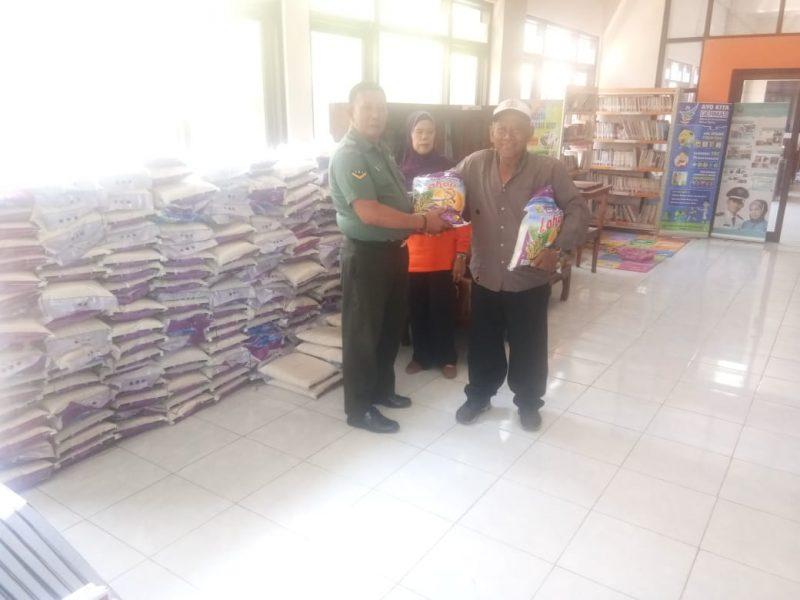 Babinsa Kelurahan Blimbing Bantu Pembagian Beras Daerah (Rasda) Ta. 2019