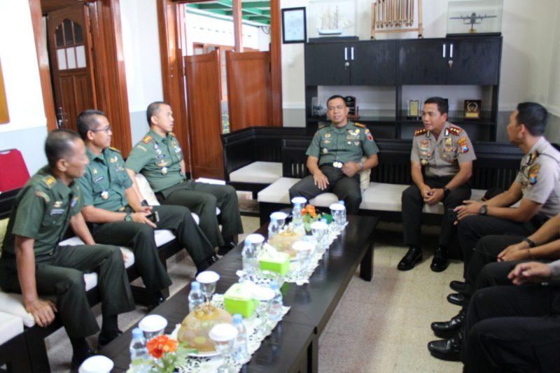 Dandim 0833/Kota Malang Dampingi Danrem 083/Bdj, Kunjungan Kapolresta Malang ke Makorem 083/Bdj