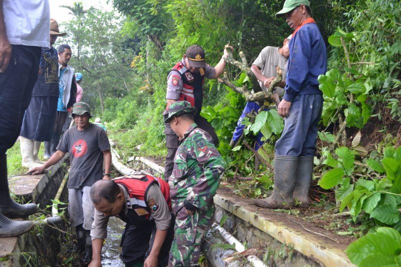 TNI Polri Bersama Masyarakat Bekerjabakti Pasca Bencana Alam