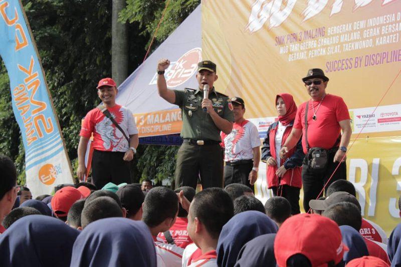 Dandim 0833 Puji Skariga Go Byoz 2020 SMK PGRI 3 Malang Bagikan Hand Sanitizer Gratis