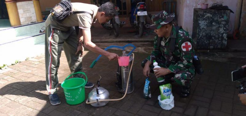 Satgas TMMD ke 107 Bantu Petugas Puskesmas Semprot Desinfektan Cegah Corona