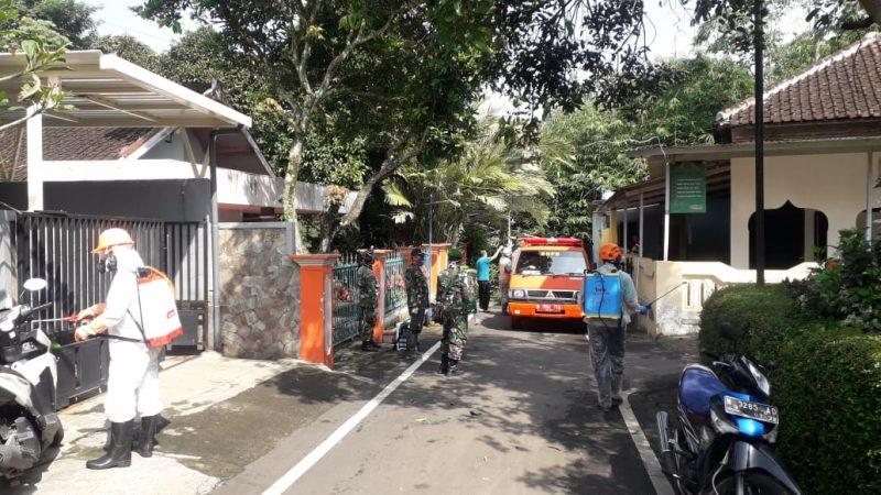 Kodim 0833 dan BPBD Kota Malang Semprot Perumahan Sawojajar Dengan Desinfektan
