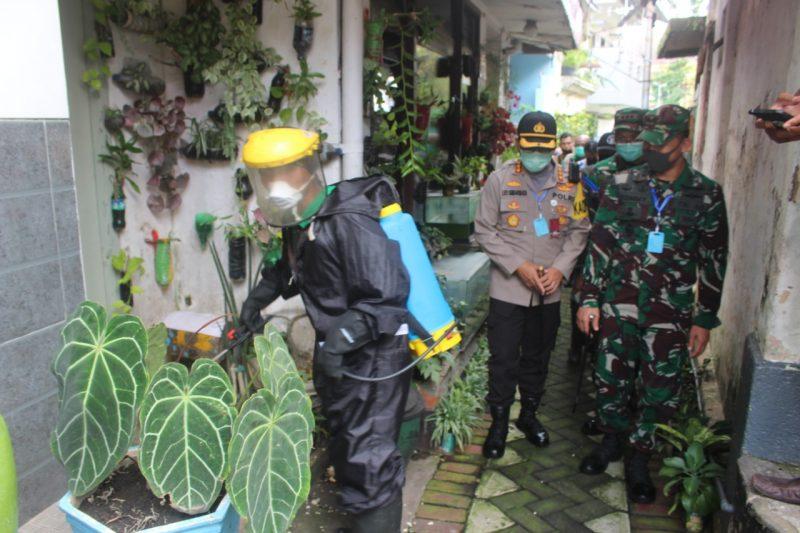 Dandim 0833/Kota Malang Beserta Kapolresta Malang Meninjau Pelaksanaan Penyemprotan Anti virus Corona