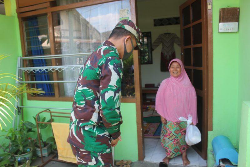 Dandim 0833/Kota Malang Bagikan Sembako Kepada Warakawuri dan Purnawirawan di Perumahan Skodam V/Brw