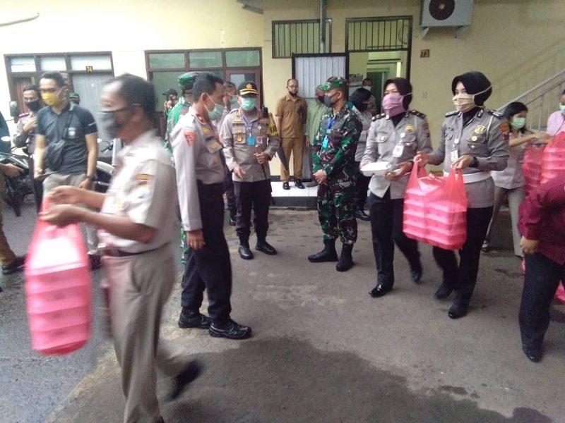 Kapolresta Malang Kota Bersama Dandim 0833 Kota Malang Buka Dapur Umum Bagi Warga Kota Malang