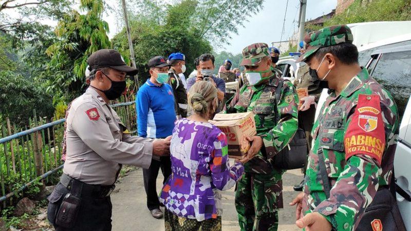 Koramil 0833/04 Sukun Bersama HIPAKAD Laksanakan Bakti Sosial Jumat Berkah di Wilayah Kelurahan Sukun