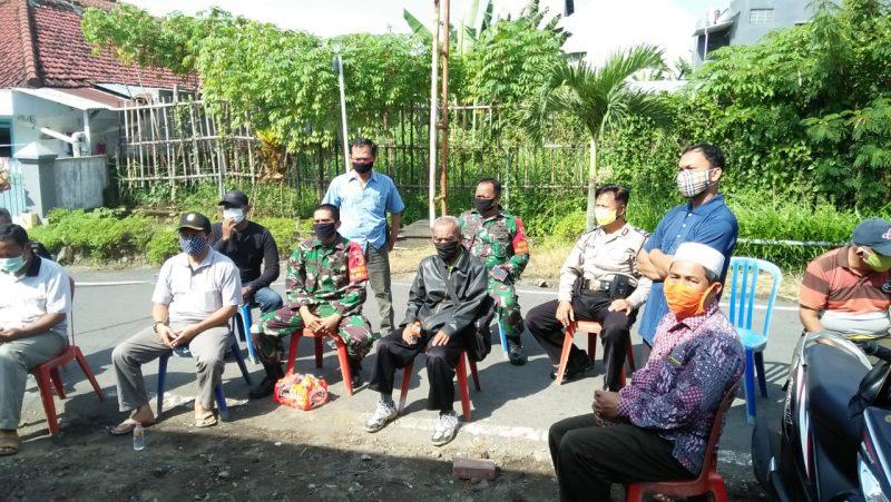 Babinsa Kelurahan Mojolangu Berikan Edukasi Penggunaan Masker kepada Warga RW 7 Mojolangu
