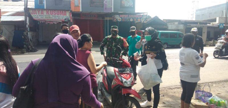 Babinsa Koramil 0833/03 Blimbing Bersama Siswa Taruna Praja IPDN Bagikan Masker Gratis Untuk Warga