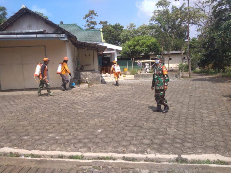 Babinsa Koramil di Jajaran Kodim 0833 Kota Malang Terus Bantu Penyemprotan Desinfektan