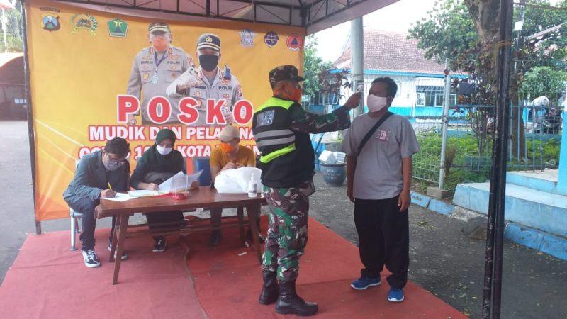 Babinsa Koramil 0833/05 Lowokwaru Laksanakan Pemeriksaan di Posko Mudik dan Penanganan Covid 19 di Terminal Landungsari