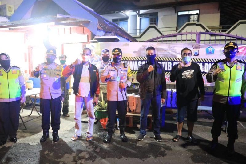 Polresta Malang Kota Gelar Patroli Sahur, Kunjungi Pos Ronda dan Bagikan Makanan untuk Sahur