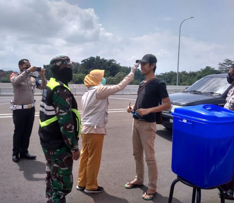 Danramil 0833/02 Kedungkandang Pantau Penumpang Kendaraan yang Memasuki Exit Tol Madyopuro