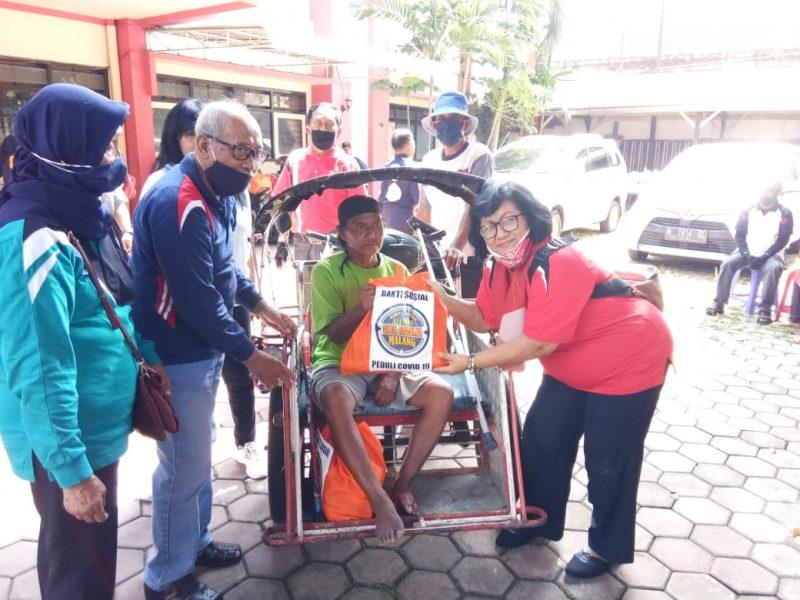 Puluhan Paket Sembako Dibagikan Alumni SMEA Ardjuna Dibantu Babinsa Kelurahan Bunulrejo