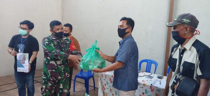 Babinsa Kelurahan Gadang, Bantu Mahasiswa UB Berikan Bantuan Paket Sembako Bagi Warga Kelurahan Gadang