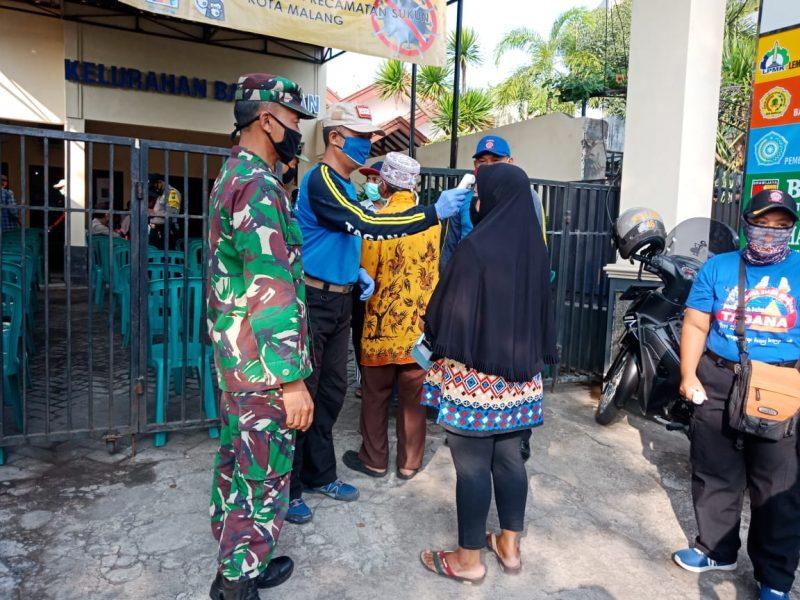 Babinsa Kodim 0833 Kota Malang Terus Sigap Mengamankan Pembagian BST di Kota Malang