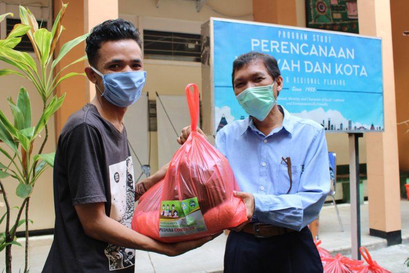 Prodi PWK ITN Malang Bagikan Sembako Pada Ratusan Mahasiswa Terdampak Covid-19