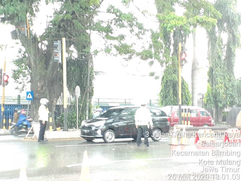 Dibawah Guyuran Hujan, Tim Satgas Gabungan Tetap Memeriksa Kendaraan yang Masuk ke Kota Malang