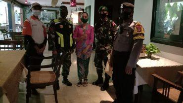 Personil Gabungan dari TNI Polri Terus Pantau dan Berikan Pemahaman Protokol Kesehatan pada Pengunjung Rumah Makan