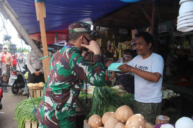 Dandim 0833/Kota Malang Bagikan Masker Bagi Pedagang dan Penjual di Pasar Induk Gadang